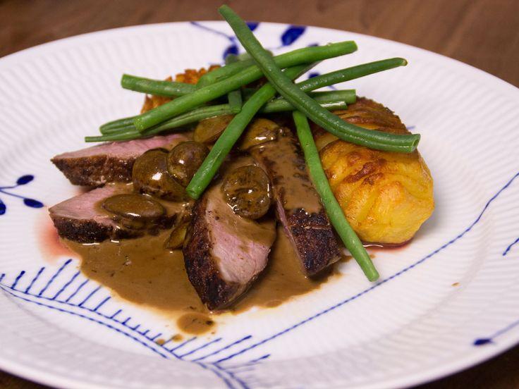 Ankbröst med hasselbackspotatis, vindruvssås och bönor | Recept.nu
