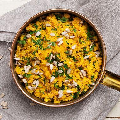 """Kål är riktig supermat! Byt riset mot blomkål nästa gång och riv fint, så har du i stället ett grönt """"blomkålsris"""". Fräs blomkålsriset med solrosfrön, tillsätt gurkmeja för fin färg och avsluta med en generös näve hackad persilja. Mumsigt allround-tillbehör."""