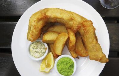 Il Fish and Chips è il piatto britannico per eccellenza e sicuramente fra i più gustosi della cucina inglese. Se, come me, vi è capitato di andare a Londra potrete trovare questa pietanza ovunque: negli angoli delle strade così come nei pub. Se però desiderate gustarlo senza per forza dover prendere un aereo ecco qui la ricetta, semplice e di rapida realizzazione: l'unica accortezza sta nel rispettare la temperatura delle due fritture.