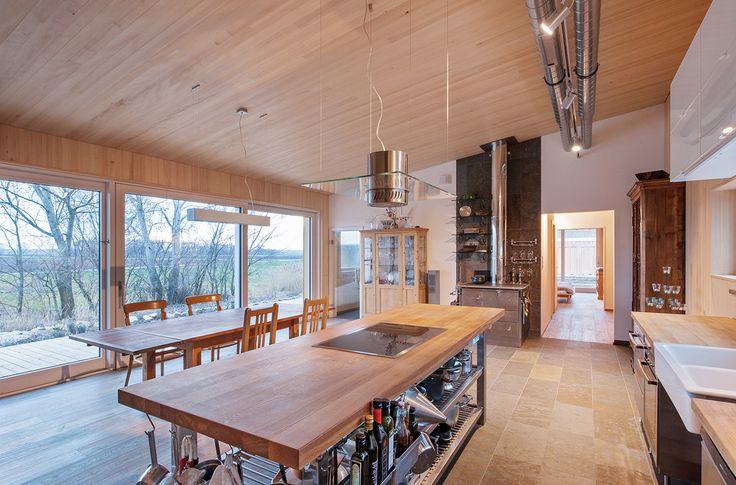 Drewniana kuchnia, kuchnia z jadalnią, tradycyjna kuchnia, drewniane meble. Zobacz więcej na: https://www.homify.pl/katalogi-inspiracji/15311/homify-360-energooszczedny-dom-z-drewna