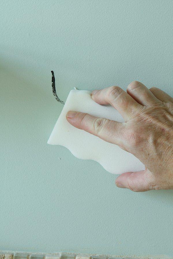 13 идей использования меланиновой губки.Такая губка работает, как ластик. Вам не нужны дополнительные средства. Чтобы удалить грязь и налет, достаточно намочить ее холодной водой и потереть поверхност...