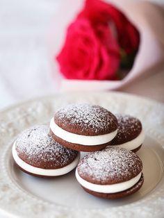 Recipe : ウーピーパイ/「やったあ!」「おいしい!」という声が聞こえてきそうな、みんなが大好きなチョコおやつ。やめられない止まらない!? #レシピ
