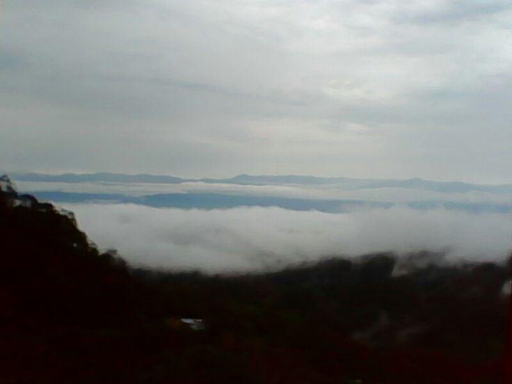 Valle del Quindio cubierto por niebla y al fondo la cordillera central
