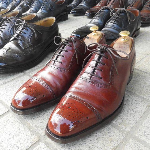 2017/10/25 17:20:13 william_tempson ジョージクレバリー アデレードです! 赤い靴は好きですが、一足で十分ですね!  それにしても、最近おかしくないですか?寒かったり暑かったり。。寒さで手を震わせながら、中心が熱っぽくなっています。。 #靴 #革靴 #靴磨き #鏡面磨き #足元倶楽部 #ShoeShine #ジョージクレバリー #オールデン #リーガル #コードバン #モデル #インテリア #メイク #ヘアアレンジ #ネイル #アデレード #東京 #青山 #表参道 #コーディネート #ファッション #Georgecleverley #赤い靴 #moonlitShoeShine #鏡面仕上げ #brougeshoes #glacage #mirror #shoes #芸術