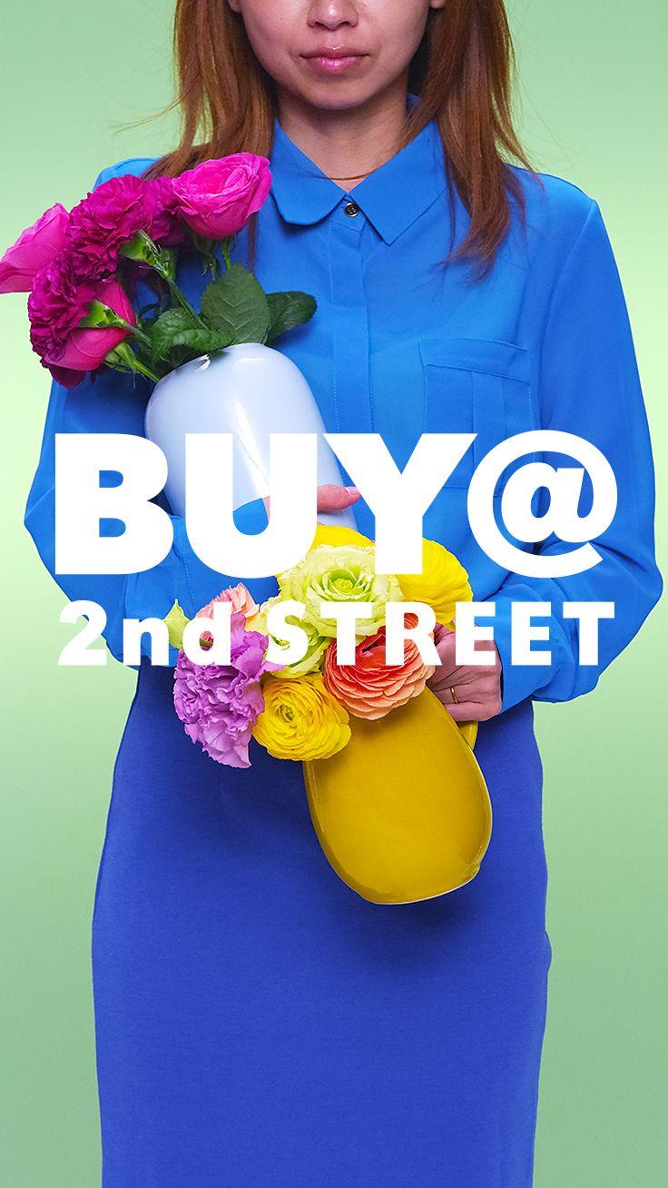 『花瓶は大好きなアイテムの1つ。いろんな花を生けるのが、私の楽しみ。』わたしは、毎日花を飾る。花のある生活は、気持ちにうるおいをくれる。アレンジメントするだけでなく、お花に合わせて花瓶を選ぶのも楽しみの一つ。背の高いブルーの花瓶は2nd STREETで見つけたもの。淡い色味がピンクの花とよく似あう。 #BUYat2ndSTREET