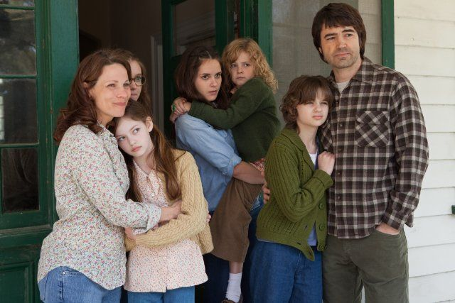 Lili Taylor, Ron Livingston, Joey King, Hayley McFarland, Shanley Caswell, Mackenzie Foy, and Kyla Deaver in The Conjuring (2013)