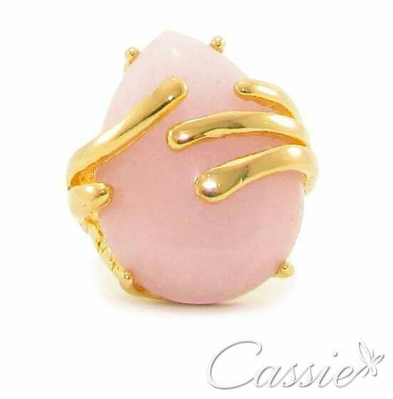 A Pantone escolheu a cor Rosa Quartz como a cor da estação!!   Anel Pietra Serena folheado a ouro com pedra natural.  ▃▃▃▃▃▃▃▃▃▃▃▃▃▃▃▃▃▃▃▃▃▃▃▃▃▃▃ #Cassie #semijoias #acessórios #folheadoaouro #folheado #love #instasemijoias #instajoias #fashion #lookdodia #dourado #tendências #banhadoaouro #lindassemijoias #anel #Anel #anéis #Anéis #pedranatural