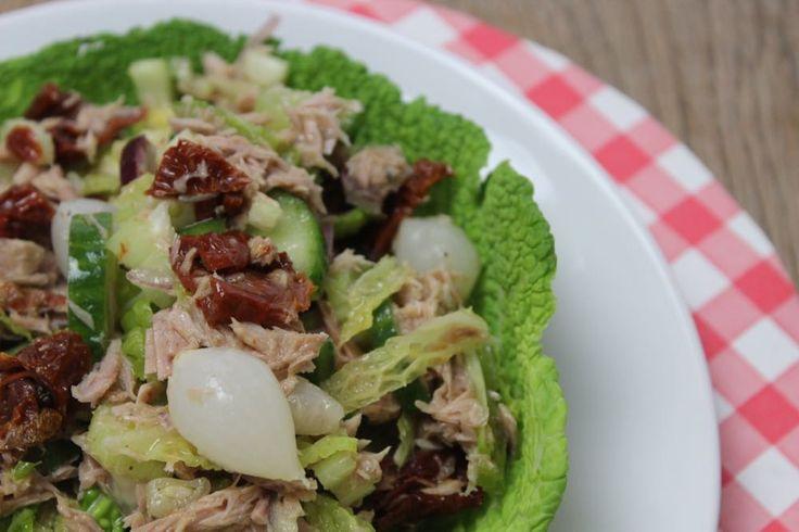 Wij hebben een maand lang de lekkerste Paleo-gerechten gegeten dankzij FoodChange30, zoals het recept voor salade met groene kool, rode ui en tonijn.