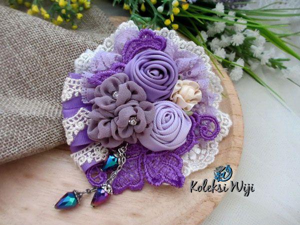 http://koleksiwiji.com/product/lembayung-senja Lembayung Senja Size : 9 cm Colours : perpaduan gradasi warna pastel ungu Materials : satin and grosgrain ribbon, lace, and beads  bros bunga, bros cantik, bros hijab, bros kain, Bros korsase, koleksiwiji, pins bros -  - #BrosBunga, #BrosCantik, #BrosHijab, #BrosKain, #BrosKorsase, #Koleksiwiji, #PinsBros -