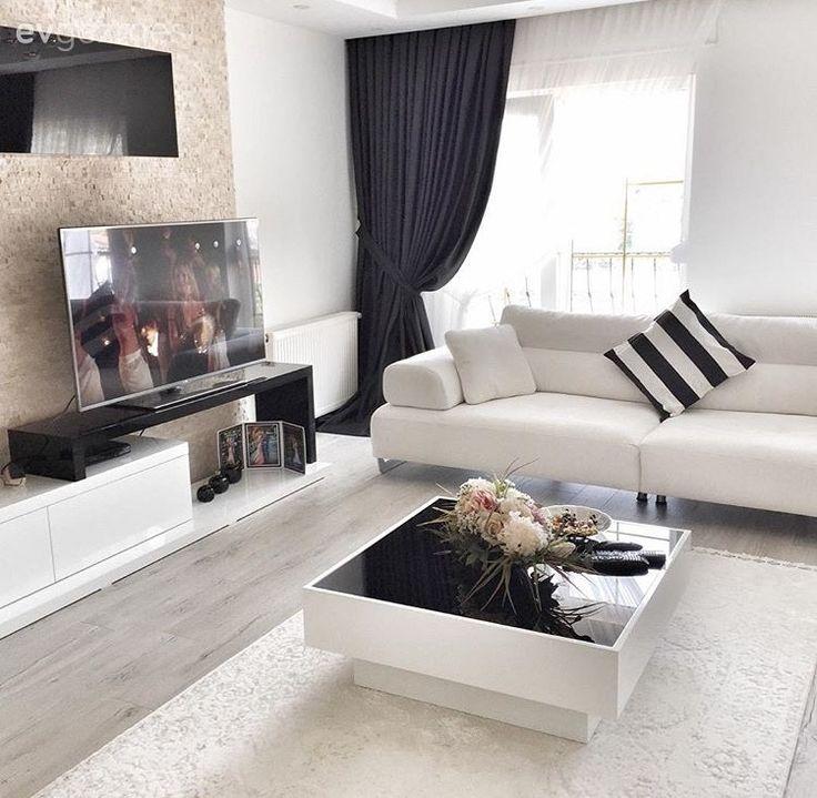 Tv ünitesi arkasında uygulanan taş duvar, siyah, beyaz üniteyi öne çıkarıyor. Eve sıcaklık katıyor..