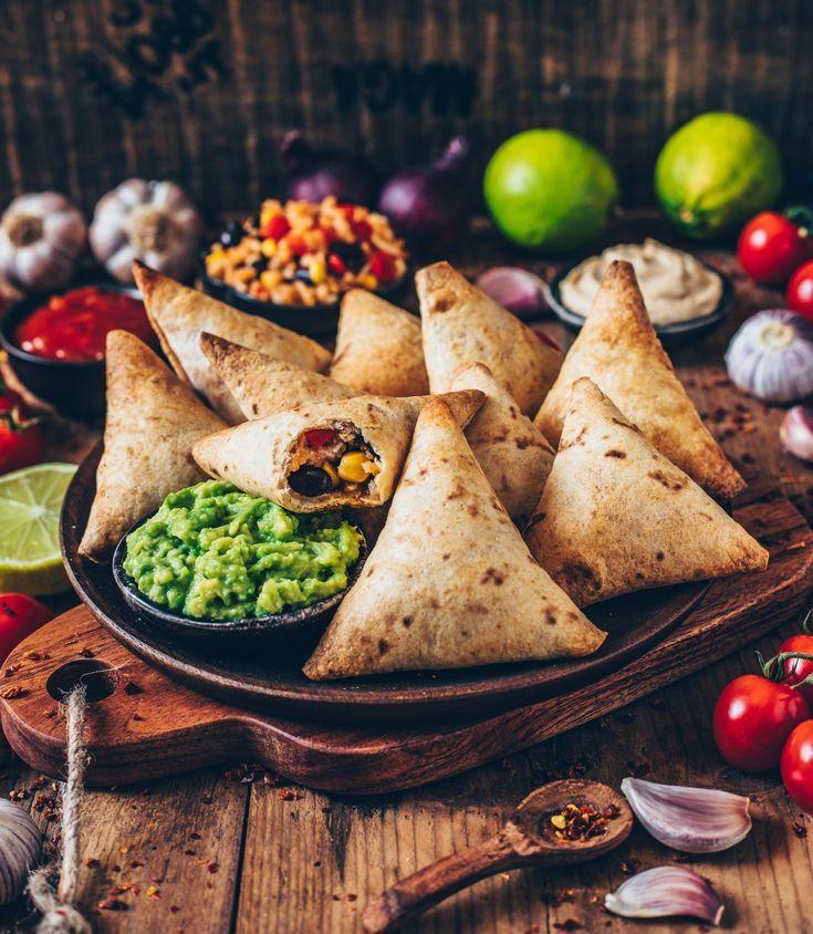 Vegane Burrito Samosas mit Guacamole und Cashew-Di…