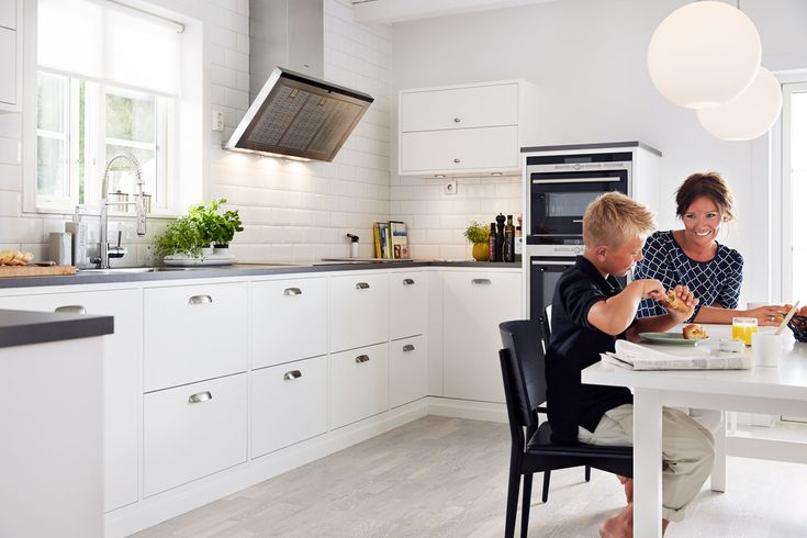 Letar du efter ett exklusivt kök med en stilren lantlig känsla? Köksserien Bistro från Ballingslöv ger ditt stilrena kök en exklusiv finish utan att förta det traditionella intrycket. Hitta din köksinspiration hos Ballingslöv!
