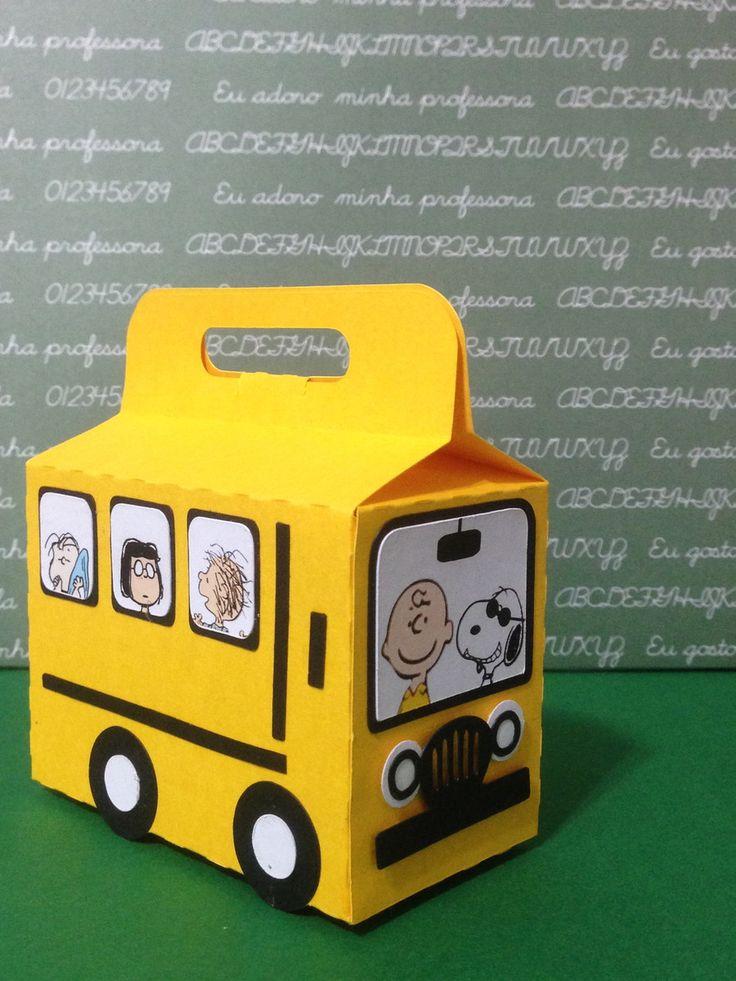 Caixa ônibus Escolar do Snoopy e seus amigos.  Ideal para lembrancinha, porta doces e decoração de mesa.  Feito em papel de alta gramatura