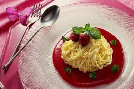 Creati a Mannheim, in Germania, gli spaghetti italiani di gelato sono una specialità tedesca dal 1960. Il gelato alla vaniglia pressato con lo schiacciapatate funge da spaghetti, mentre la salsa di fragole si presenta come la salsa di pomodoro. Le scaglie di cocco o di cioccolato bianco, visti nell'insieme, somigliano proprio ad una grattugiata di parmigiano. È un gelato coloratissimo che si presenta in modo molto originale, che vi farà tornare tutti un po' bambini.