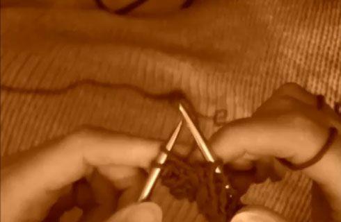 Il vivagno o cimosa è quel tipo di maglia che permette ai bordi dei nostri filati di non arrotolarsi o per fare delle specifiche cuciture tra i bordi. Ecco un tutorial per fare una serie di schemi a vivagno utili per ogni occasione.