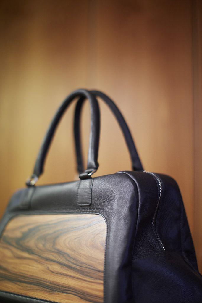 Furnier Geschichten: Taschen aus Furnier - Bild 15 (Holzindustrie) Tags: model mode taschen südtirol koffer meran mailand tischler handtaschen furnier designertaschen italienischesdesign embawo modewelt norbertöttl holzhandtaschen