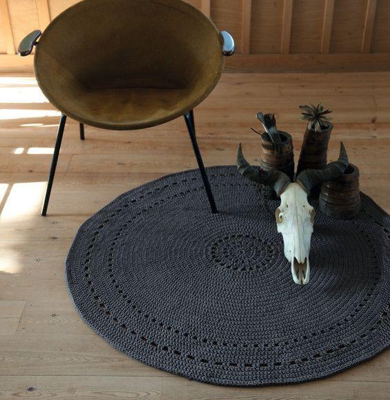 Entre motif tribal et ligne épurée, le tapis se fait brut et puise son inspiration au fin fond de l'Afrique. Un modèle rond au crochet, réalisé PHIL MATELOT coloris carbone. Diamètre : 120 cm.