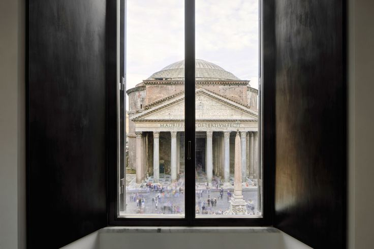 The intervention consists in the renovation of a family house located in a XVII century building just in front of the Pantheon.