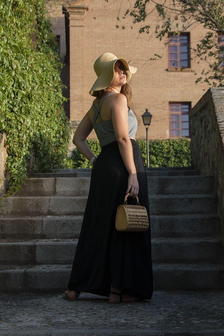 SimplySory, fashion blog: summer look, black maxi skirt, vichy crop top, sun hat, wicker bag. SimplySory, blog de moda: look de verano, falda larga negra, crop top de vichy, pamela y bolso de mimbre