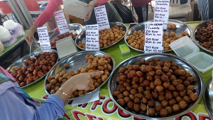 Cekodok is a popular malay snack here in Malaysia. It can be found almost everywhere and at affordable price too. It is fried and taste good with stuffings like banana or nangka.