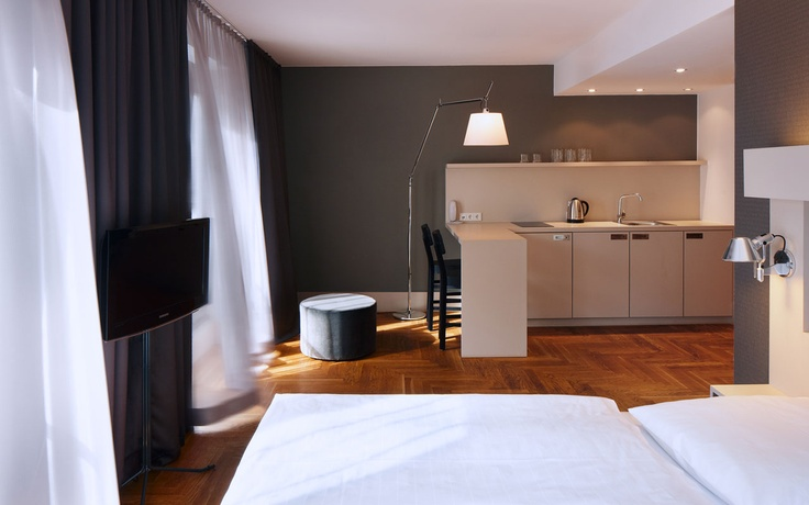 Our apartments provide guests the added value and convenience of a personal kitchen, equipped with a refridgerator, microwave and dishwasher, plus the option of grocery delivery. With 30 square meters, the M apartment includes a cozy lounge area some with a plush sofa and flatscreen TV. Classically chic urban retreats, these spaces feature hardwood flooring and decor in rich shades of mahogony, cream and navy.