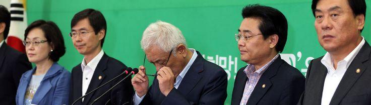 헛발질. 국정원 정국에서 질질 끌려다니면서 새누리당을 먹여살리는 무기력한 야당. 정상회담 대화록의 부재가 알려지자 철저한 수사를 요구하는 기자회견 하는 김한길 대표와 민주당 의원들.