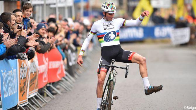 """Mathieu van der Poel heeft de """"moeder aller crossen"""" in Overijse gewonnen. Voor de wereldkampioen is het de eerste zege sinds zijn comeback na zijn knieoperatie."""