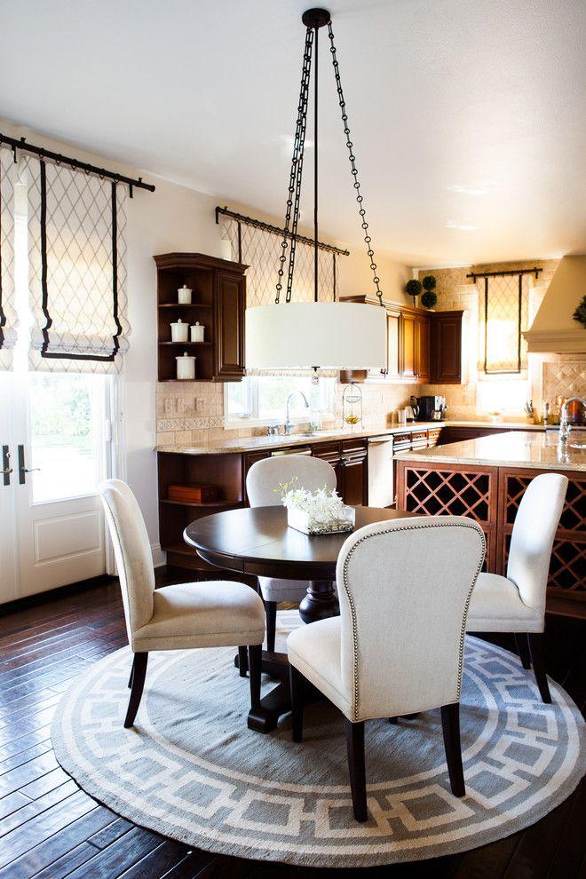 Шторы для кухни - 2015: стильные новинки (75 фото) http://happymodern.ru/shtory-dlya-kuxni-2015-stilnye-novinki-75-foto/ Белые римские шторы в сочетании с белыми стульями сделают вашу кухню более нарядной