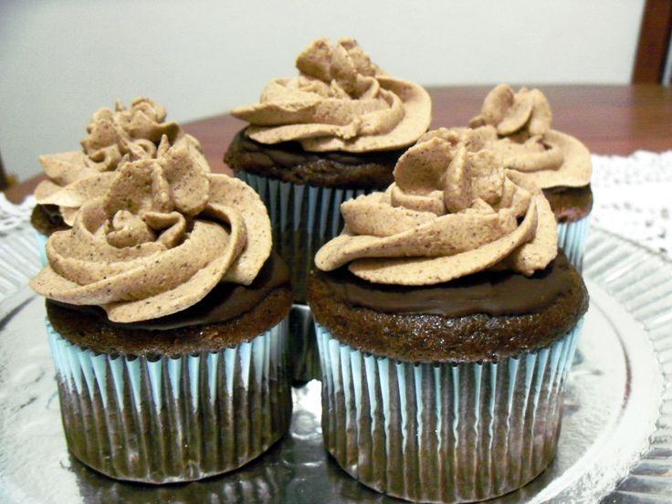 Cupcakes de chocolate, aromatizados con  naranja y café. Cobertura y relleno de Chantilly de chocolate