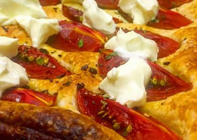 HOJALDRE MASCARPONE  Y TOMATES CHERRY   #Tomate #Masas #Cocina vegetariana #Queso #Tomillo #Hierbas aromáticas #Aperitivos #Recetas cocina #Gastronomía #Alimentación #recipe tura#Rec#recetas #fashion