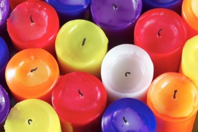 Come fare candele profumate in casa - bastano spezzoni di candele e pastelli a cera per creare in casa delle splendide candele da profumare con olii essenziali
