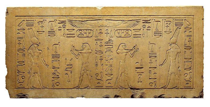 El faraón y el dios de la guerra  Sesostris III aparece dos veces realizando una ofrenda ante el dios guerrero Montu en el relieve que decora este dintel procedente del templo de Montu en Medamud, cerca de Luxor. Museo delLouvre, París.
