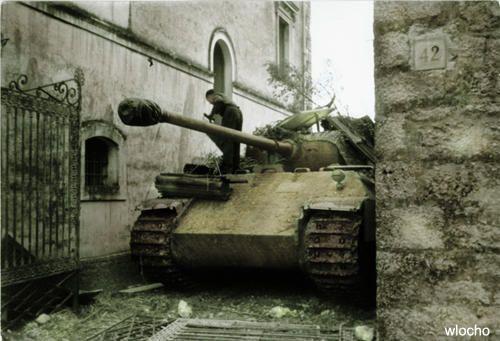 """Battle for Monte Cassino Italien, bei Monte Cassino.- Panzersoldat auf getarntem Panzer V """"Panther"""" zwischen Häusern einer Ortschaft / Stadt; PK 699"""