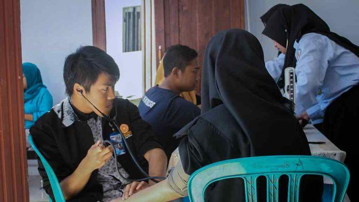 Pengobatan Gratis KKN 136 Tarik Perhatian Warga Sumberayu https://malangtoday.net/wp-content/uploads/2017/08/KKN-136-jpg.jpg MALANGTODAY.NET – Pengobatan gratis (Petis) yang diadakan oleh Kuliah Kerja Nyata (KKN) kelompok 136 Universitas Muhammadiyah Malang (UMM) di Dusun Sumberayu, Pamotan, menarik perhatian warga. Awalnya warga mengira bahwa pengobatan gratis ini tidak melibatkan dokter dan hanya... https://malangtoday.net/malang-raya/kabupaten-malang/pengobatan-grati