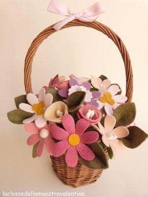 Era da un po' che volevo provare a fare dei fiori di pannolenci... e questo è il risultato.     Per realizzare questo cesto fiorito occ...