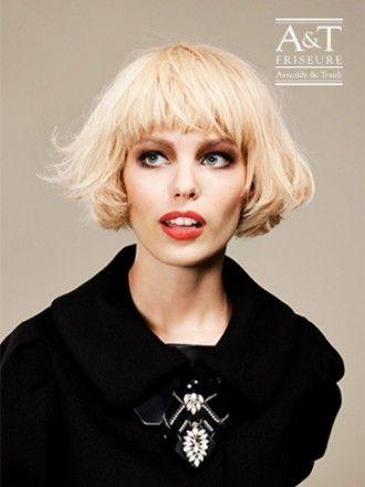 Blonder gestufter Pagenkopf – Dieser Pagenkopf hat einen besonders leichten und lockeren Fall. Ein Haarschnitt, der nur trocken gepustet werden muss. http://www.arnoldyundtraub.de/Galerie/Kollektionen/Merci-Coco/