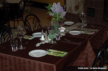 Montage style restaurant pour un souper concert dans la grande salle.