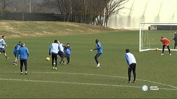 Piękny gol trenera Interu Mediolan • 51-letni Roberto Mancini na treningu Interu • Świetny lob Włoskiego coacha • Wejdź i zobacz >> #mancini #inter #football #soccer #sports #pilkanozna