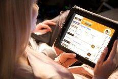 Eten bestel site In Nederland worden dagelijks duizenden maaltijd bestellingen online geplaatst. Omdat niet iedere horeca ondernemer een eigen bestelsysteem op zijn website heeft, kan worden aangesloten bij Thuisbezorgd.nl. Dit bedrijf, dat onderdeel is van het internationale Takeaway.com, biedt een platform voor horeca ondernemers en hongerige klanten. Ieder restaurant kan een menukaart online zetten en klanten kunnen hier via de website of mobiele app vanuit hun luie stoel eten bestellen…