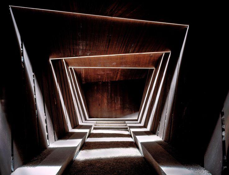 Wie eine abstrakte Skulptur wirkt das Treppenhaus des Bell–Lloc-Weinguts, das Aranda Pigem Vilalta 2007 in Palamós bei Girona realisiert haben. (Bild: Hisao Suzuki)
