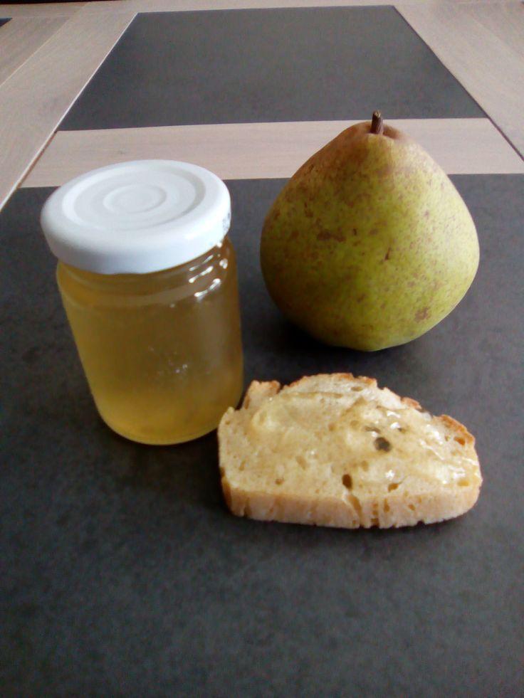 Voici une recette anti-gaspi que j'ai déjà tentée avec des pommes bio. Plusieurs personnes m'ont demandé si c'était possible avec des poires... j'avais un doute à cause de la quantité faible de pectine contenue dans les poires. J'ai donc testé avec une...