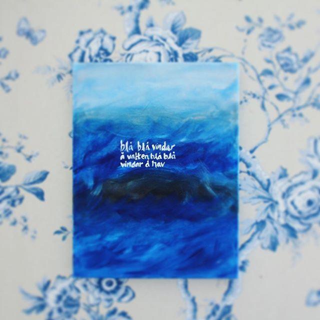 """Blå blå vindar å vatten. Blå blå vindar å hav. 🎨 Förra veckan blev jag inbjuden till en workshop av multikompetenta @hannawendelbo på Formex.   Workshopen i samarbete med @wearereeves innebar att vi fick testa på en mängd olika tekniker kring att måla med krämig akvarell, brushpens (pennor som ser ut som att skriva med vattenfärg 👌🏻) och akryl som på bilden. Jag har inte målat sen jag var """"liten"""" och jag kände att den här dagen väckte något inom mig igen. Mera färg lär det bli i mitt liv…"""