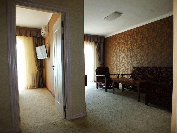 Описание номера VIP - класса: •спальня с двуспальной мягкой кроватью; •дополнительная комната отдыха с мягкой мебелью и ТВ; •телефон;  •душевая кабинка с массажным душем; • фен; • балкон/терраса; •- 2 телевизора (кабельное ТВ); • кондиционер зима-лето; • холодильник; •чай, кофе; • шампунь, мыло, зубная паста, зубные щетки (пополняется 1 раз при заезде набор на двух персон) • набор полотенец; • банные халаты на двух персон;