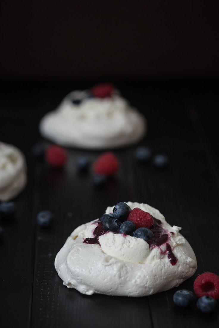 Laktosefreies Rezept für Baisernester mit fruchtigen Sommerbeeren von nordbrise.net Foodblog & Foodfotografie | Lactosefree Recipe for Pavlova with berries