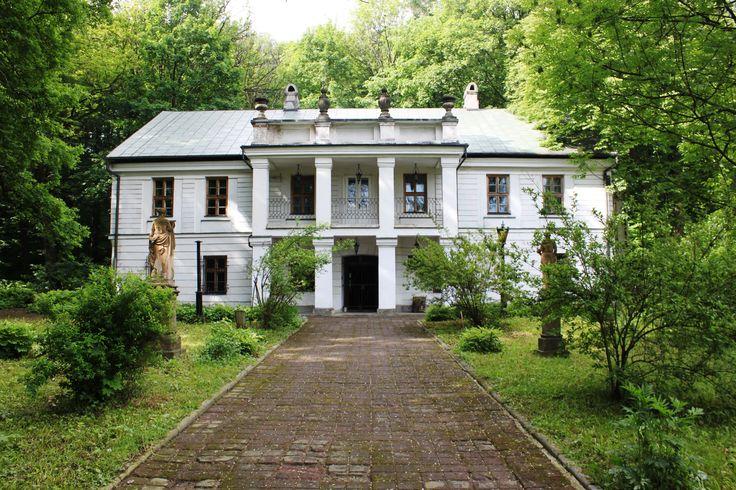 Dwór w Gorzeniu Górnym wzniósł w XIX wieku Tytus Zegadłowicz, ojciec poety Emila Zegadłowicza. Obecnie mieści się w nim Muzeum Emila Zegadłowicza.