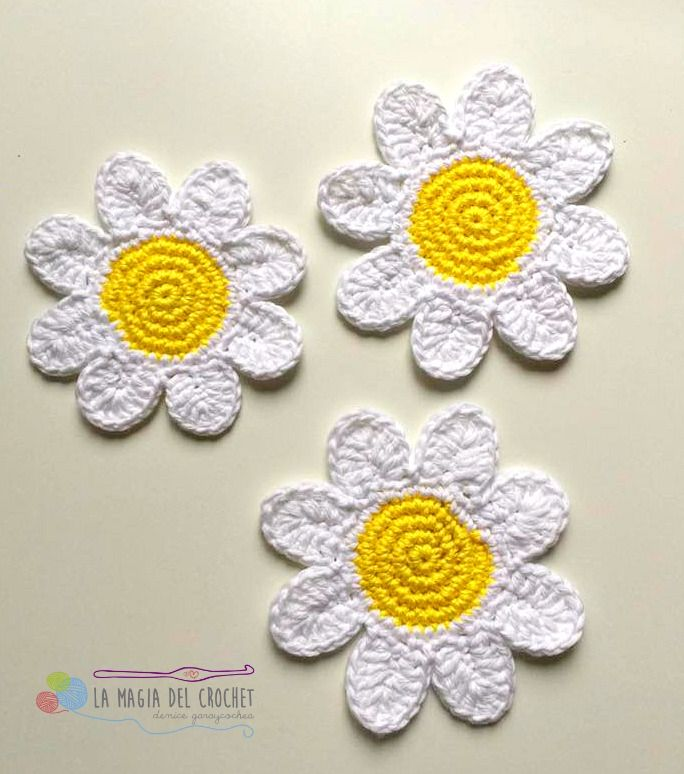 Celebramos la reciente primavera haciendo unos bonitos posavasos de margaritas. ¡A crochet!