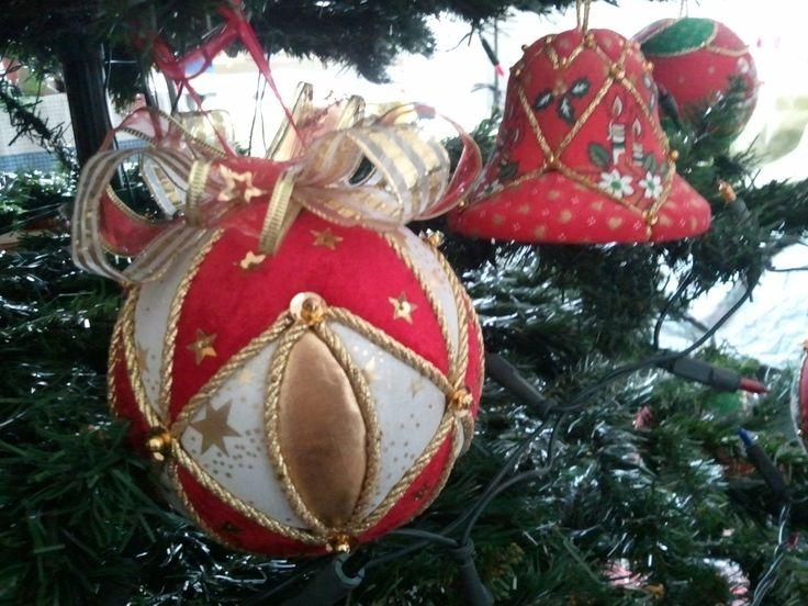 Palline e campanellina di Natale in patchwork senz'ago