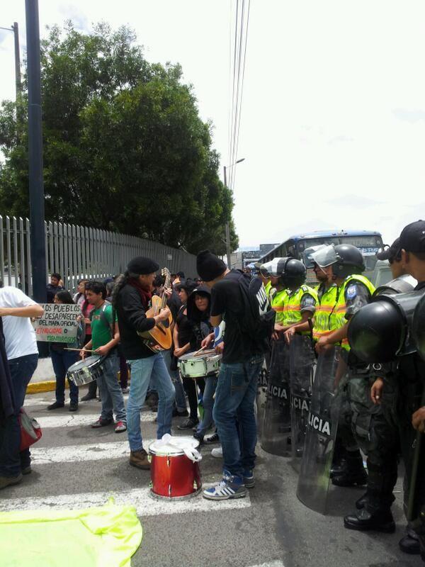 Quito, 20 sep. 2013. Cantautor popular Jaime Guevara apoyando, como siempre, las marchas. Dos semanas antes tuvo serio altercado con Correa y su comitiva y fue maltratado en dos sabatinas presidenciales.