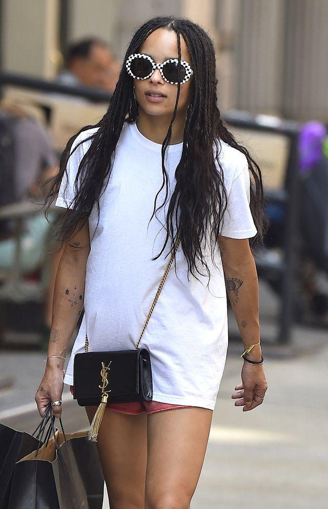 Elle a le cool dans la peau. Avec sa dégaine de rock star, son allure désinvolte et ses fringues Nineties, Zoë Kravitz est l'une des icônes de la génération millénium. La clé de son look ? Ses lunettes de soleil, déjantées ou rétro, qui tapent dans le mille à chaque fois.