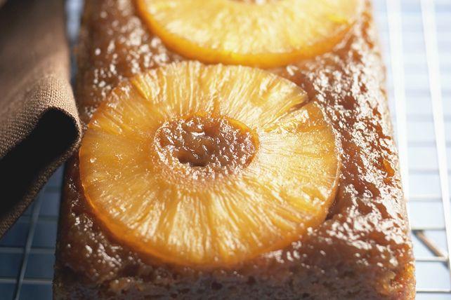 Voici une façon d'utiliser les bananes bien mûres: un pain aux bananes moelleux et savoureux. Les tranches d'ananas ajoutent une touche parfaite agréablement surprenante.